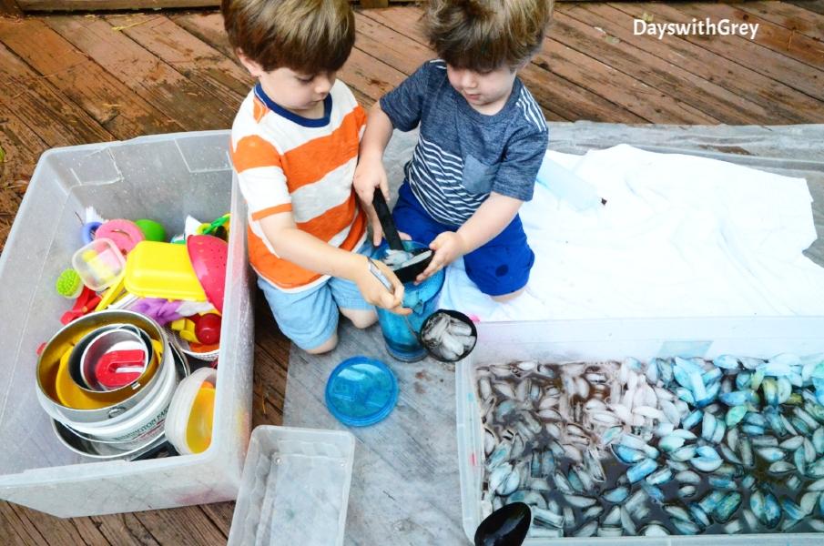 ice play sensory bin